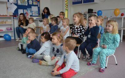 Artyści z teatrzykiem w Montessori Nutki